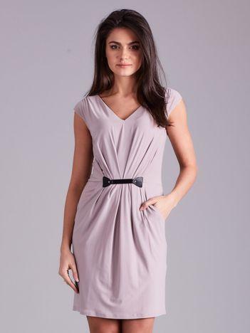 Beżowa sukienka z ozdobnym drapowaniem