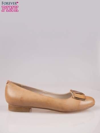 Beżowe baleriny faux leather Sophie ze złotą kokardą