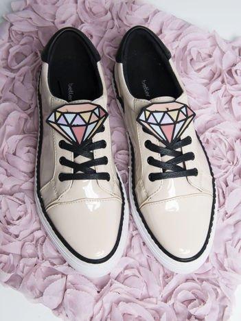 Beżowe lakierowane trampki na grubej podeszwie z ozdobną kolorową przypinką w kształcie diamentu