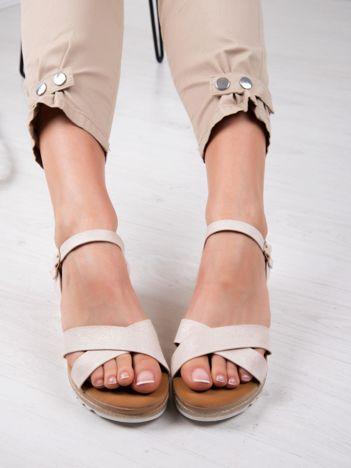 Beżowe sandały BELLO STAR na podwyższeniu z paskami na krzyż