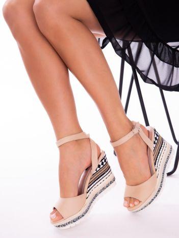 Beżowe sandały na ozdobnie plecionych  koturnach