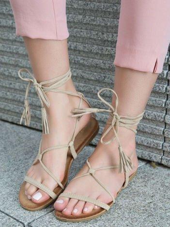Beżowe sandały wiązane wokół kostki ozdobnym chwostem