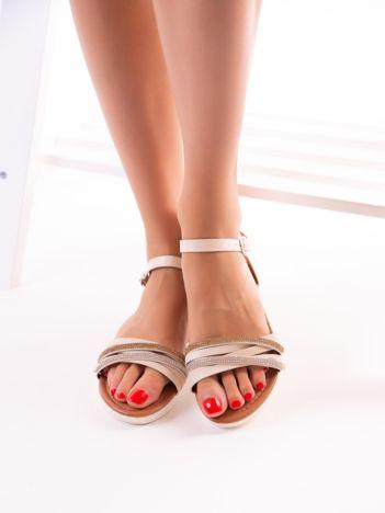 Beżowe sandały z mieniącymi się paskami srebrnym i złotym