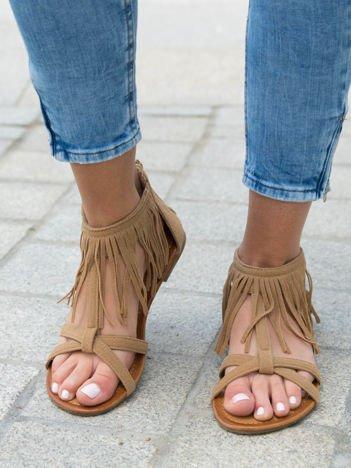 Beżowe sandały z ozdobnymi frędzelkami wokół kostki