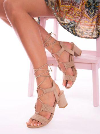 Beżowe sandały z ozdobnymi wycięciami, na wyższym klocku, z ozdobnie wiązanymi sznurkami