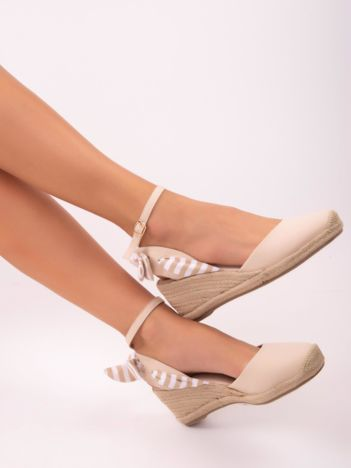 Beżowe sandały z zapięciem w wokół kostki i ozdobną materiałową kokardką w paski