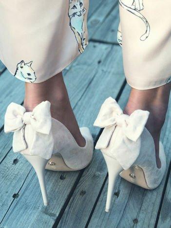 Beżowe zamszowe szpilki z ozdobną kokardką na tyle buta