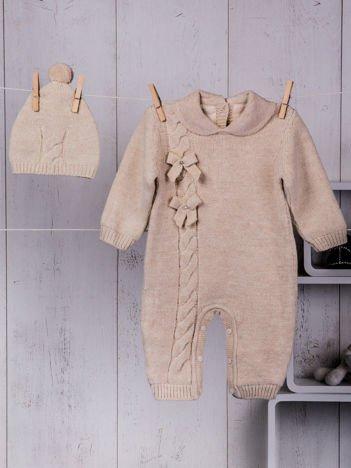 Beżowy ciepły dzianinowy niemowlęcy 2-częściowy komplet dla dziewczynki pajacyk i czapeczka zimowa