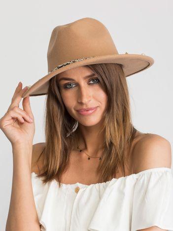 Beżowy kapelusz z aplikacjami