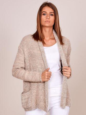 Beżowy sweter bez zapięcia z dłuższym włosem