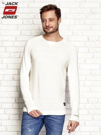 Beżowy sweter męski z napisem na rękawie