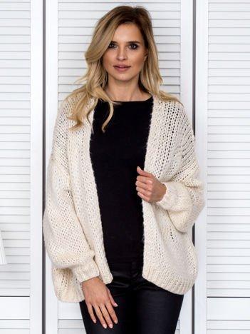 Beżowy sweter o szerokim splocie