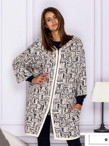 Beżowy sweter w fantazyjny deseń