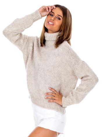 Beżowy sweter z golfem