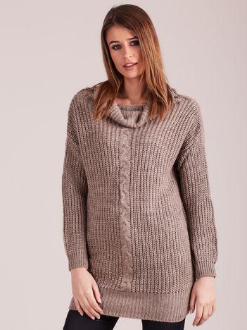 Beżowy sweter z luźnym golfem
