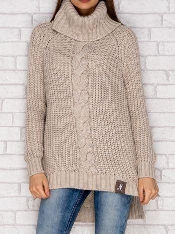 Beżowy sweter z szerokim golfem