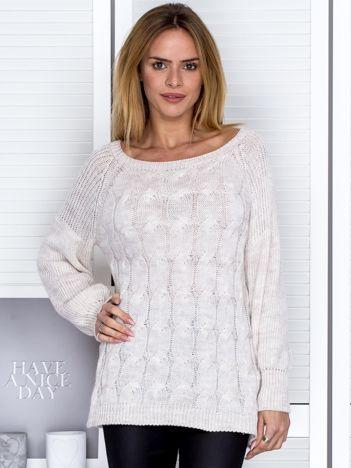 Beżowy sweter ze wzorem warkocza