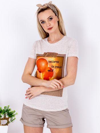 Beżowy t-shirt z nadrukiem balonów