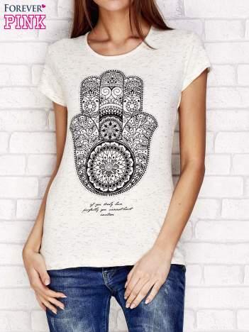Beżowy t-shirt z orientalnym nadrukiem