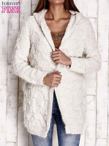 Beżowy włochaty sweter z kapturem