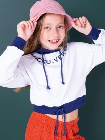 Biała bluza dziewczęca z aplikacją i granatowym kapturem