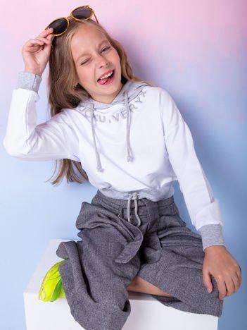 Biała bluza dziewczęca z aplikacją i szarym kapturem