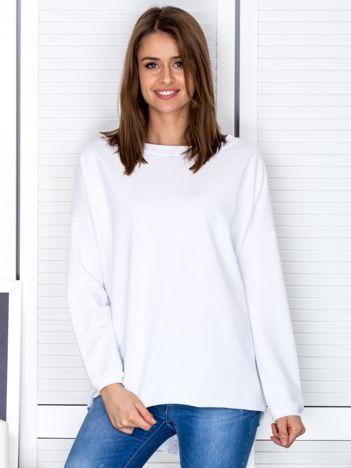 Biała bluza z listwą z perełek