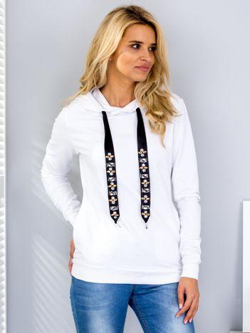 Biała bluza z ozdobnymi troczkami