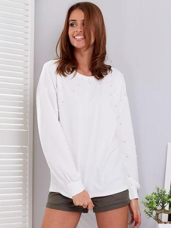 Biała bluzka ozdobiona perełkami
