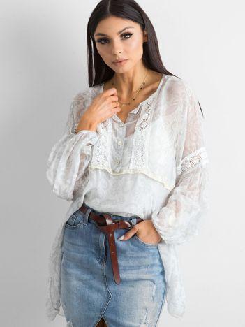 Biała bluzka we wzory