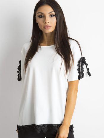 Biała bluzka z aplikacją