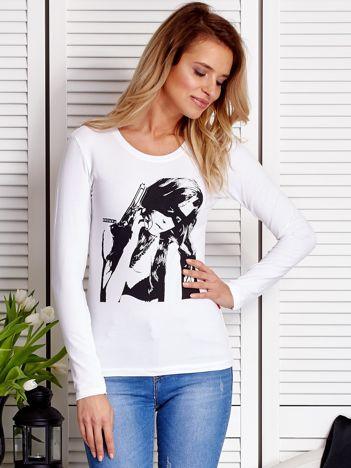 Biała bluzka z dziewczyną z bronią