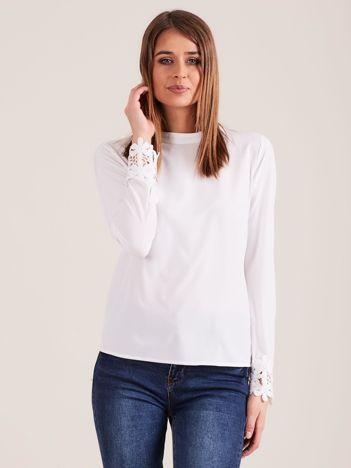 Biała bluzka z koronką i stójką