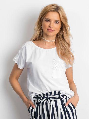 Biała bluzka z koronkową kieszonką