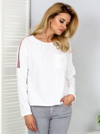 Biała bluzka z lampasami i perełkami
