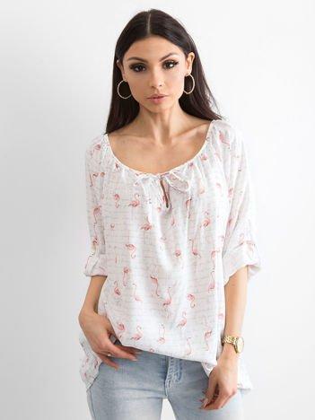 Biała bluzka z nadrukiem flamingów i podwijanymi rękawami