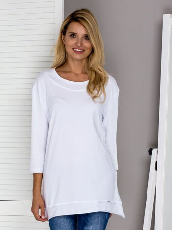 Biała bluzka z surowym wykończeniem