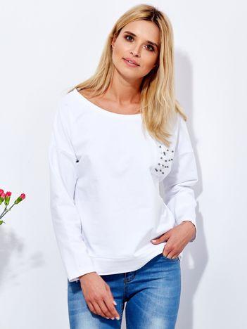 Biała cienka bluza oversize z kieszenią w perełki