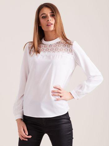 Biała elegancka bluzka z ozdobnym dekoltem
