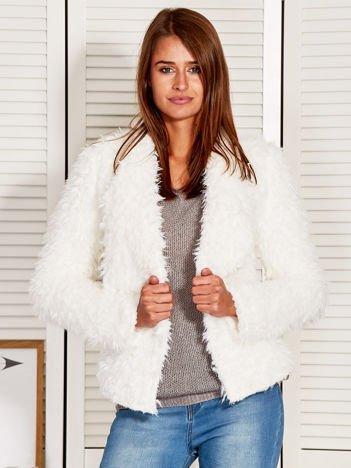 Biała futrzana kurtka z etniczną naszywką na plecach