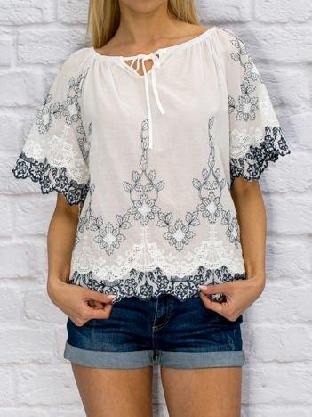 Biała haftowana bluzka z wiązaniem przy dekolcie