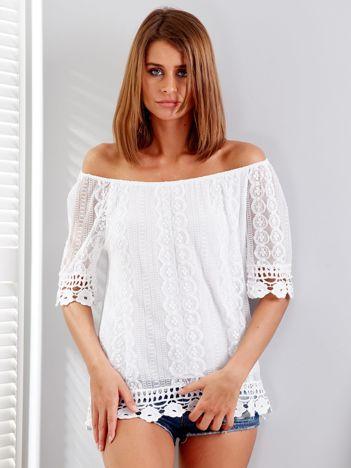 Biała koronkowa bluzka z dekoltem carmen