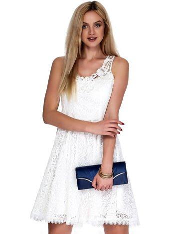 Biała koronkowa sukienka z ozdobnym dekoltem