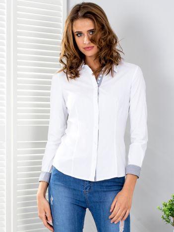 Biała koszula z wykończeniem w paski