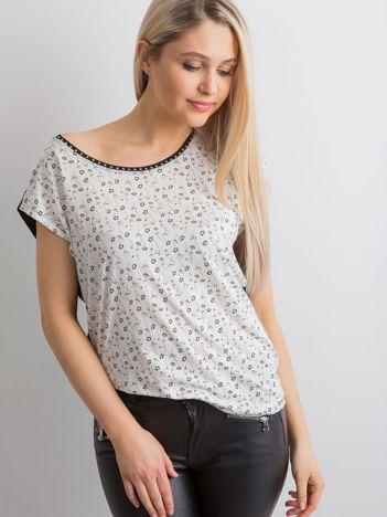 Biała koszulka w drobne kwiatowe wzory