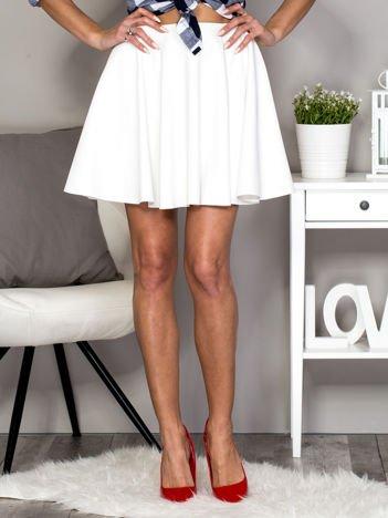 Biała rozkloszowana skórzana spódnica