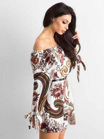 Biała sukienka hiszpanka we wzory