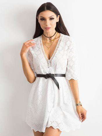 Biała sukienka o luźnym kroju