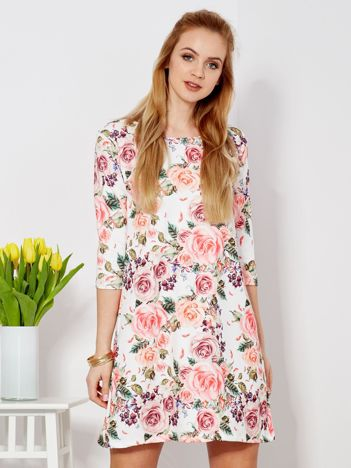 Biała sukienka o prostym kroju w kwiaty