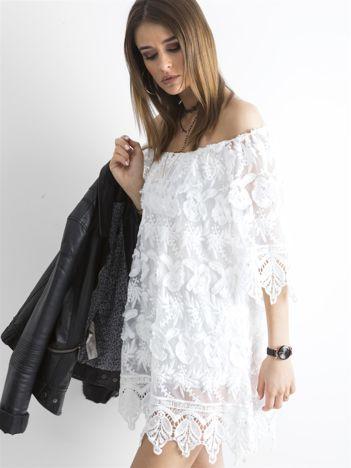 Biała sukienka odsłaniająca ramiona